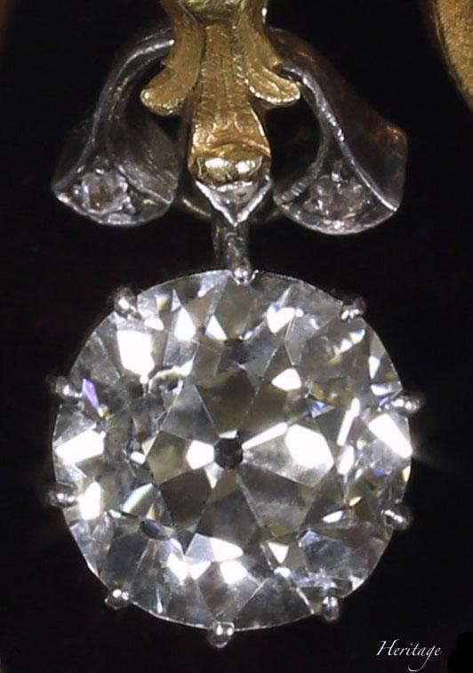 078507f1202d 本作品に使われているのは、南アフリカでダイヤモンドラッシュが始まったばかりのダイヤモンドだと推測されます。